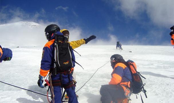 Cотрудники экстренных служб отыскали украинского альпиниста, который сорвался соскалы наЭльбрусе