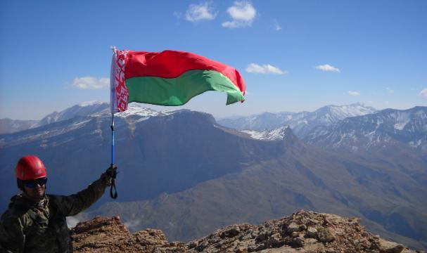Дагестанские альпинисты водрузили флаг Республики Беларусь навершину Шалбуздага