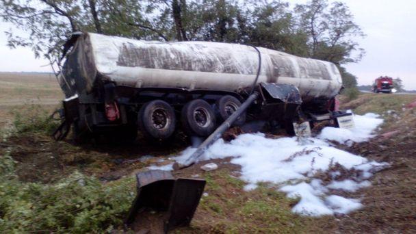 НаСтаврополье перевернулся бензовоз, двое пострадали