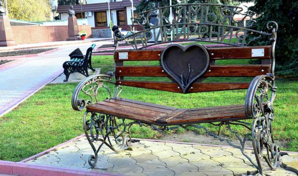 Журналисты телерадиокомпании ГТРК «Карачаево-Черкесия» подарили городу «Скамью примирения»