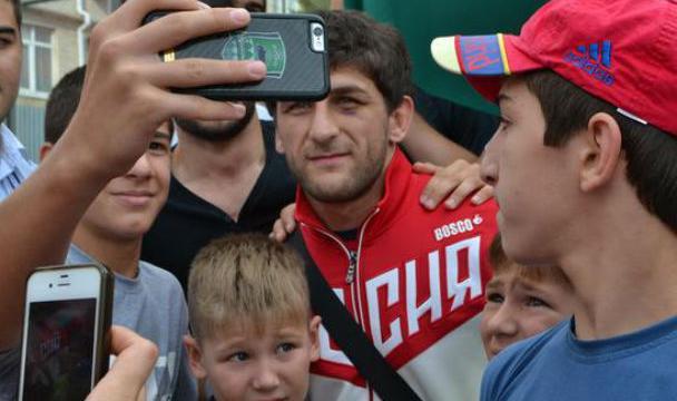 Призер Олимпиады Гедуев принял в презент квартиру от руководителя Кабардино-Балкарии